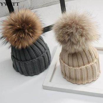 Czapki dla dzieci prawdziwe 15cm futrzane czapki szopa dla chłopców i dziewcząt czapki zimowe dla dzieci z prawdziwą futrzana kulka na górze chłopcy czapki zimowe tanie i dobre opinie Ywstt CN (pochodzenie) Z wełny Faux leather COTTON Adjustable Unisex Stałe baby 19-24 miesięcy YW-8932 free size( fit Head circumference 45-53cm