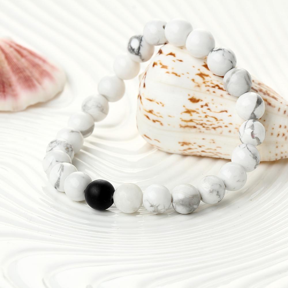 Bracelet de perles blanc et noir en howlite blanche et onyx, gros plan