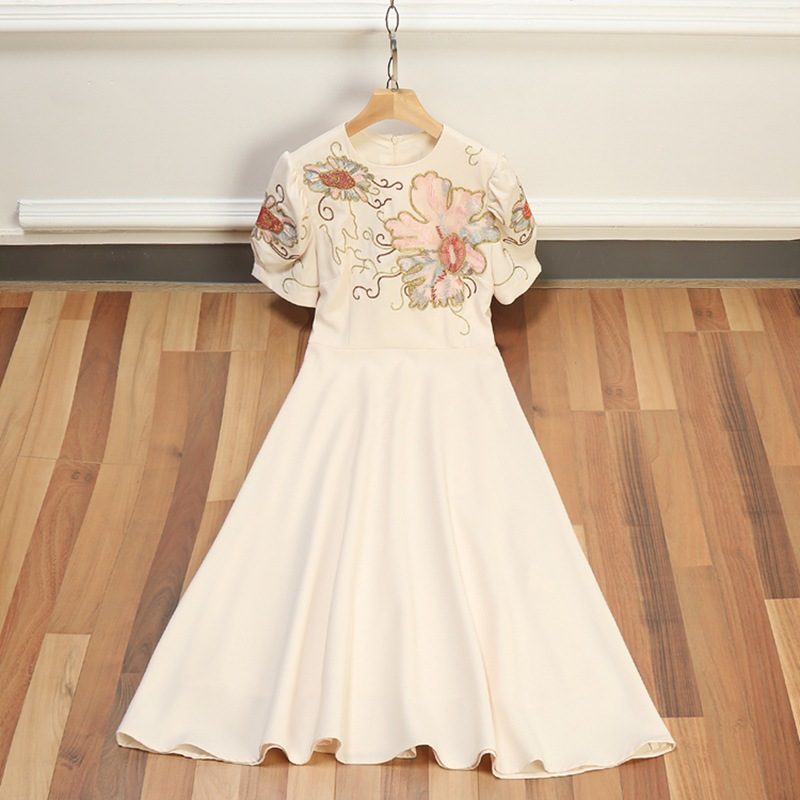 Clearance sale European women's wear 2018 The new spring Heavy embroidery With short sleeves Round collar Quality dress