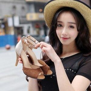 Image 2 - Sandalias de tacón alto con hebilla para mujer, zapatos femeninos de tacón grueso con hebilla, sandalias de estilo Gladiador, adecuadas para el verano, 2019