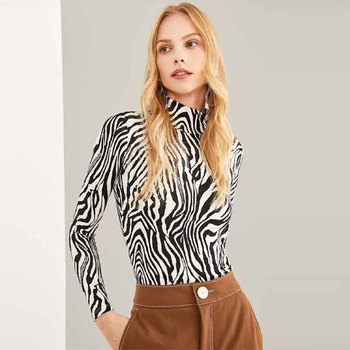 Blusa ajustada cebra manga larga cuello alto