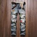 Estilo europeo y Americano parche Agujero ribete delgado pequeños pantalones vaqueros rectos de tendencia de La Moda casual de alta calidad insignia jeans hombres 28-38
