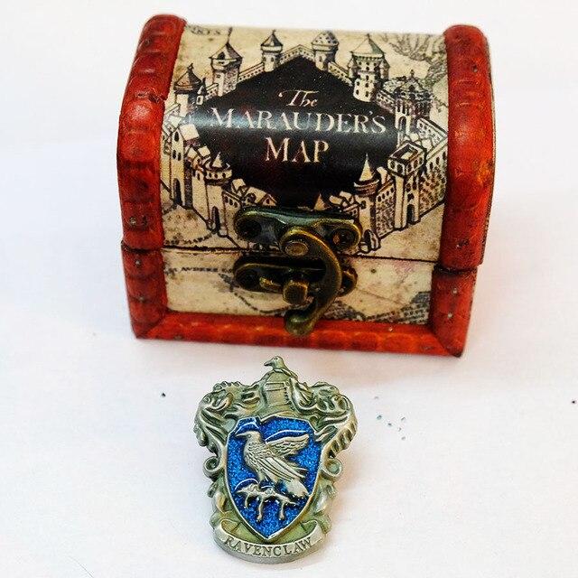 Брошки факультета Хогвартс в подарочной коробке Гарри Поттер 4