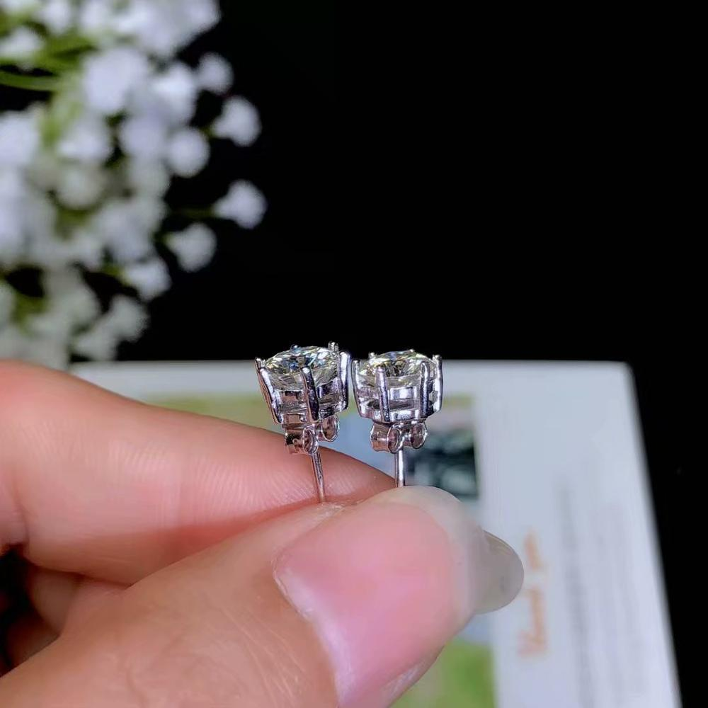 flashing moissanite gemstone earrings with attractive character for womenflashing moissanite gemstone earrings with attractive character for women