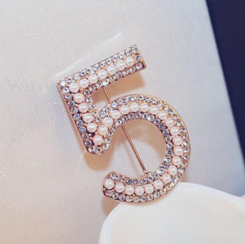 Pin de broches de canal de moda para mujeres Broches Joyas de moda Perlas de solapa de diamantes de imitación de perlas Número 5 CC Broches para bodas