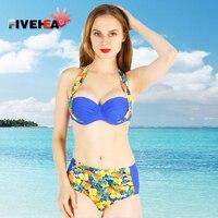 VIJF HOOFD 2018 De dames dragen een bikini pak, een fruit patroon, en een comfortabele, zonnige zomer breeze.