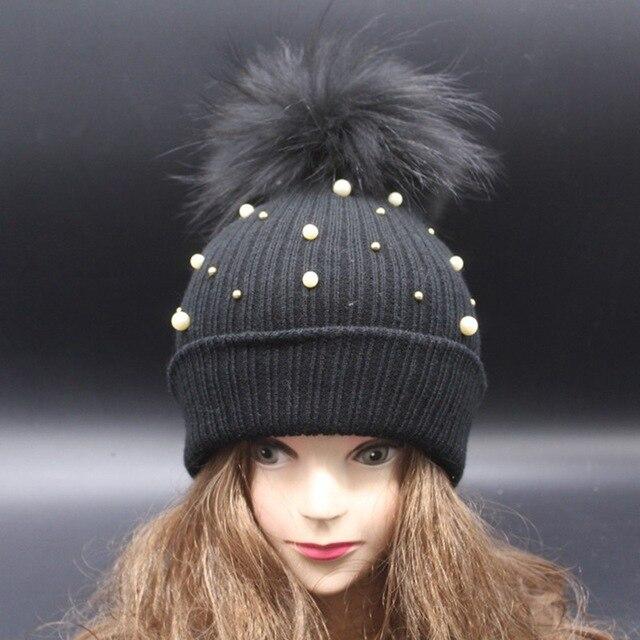 Новое прибытие окрашенные pom pom черный мех енота шляпа жемчуг handmaded оформлены шапочки супер большой пом пом шапочки женская мода шляпа