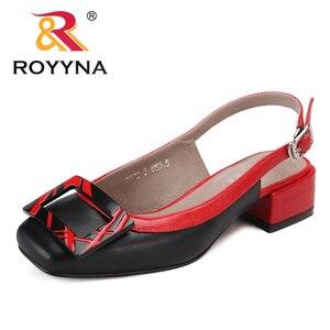 Image 2 - ROYYNA חדש חידוש סגנון נשים סנדלי עקבים כיכר Femme קיץ נעלי מתכת קישוט Feminimo כפכפים מהיר משלוח חינם
