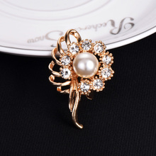 Factory Price Fashion Gold Color Flower Shape Brooches Design for Women Full Crystal Pearls for Women Party Ornament Brooch Pin недорго, оригинальная цена