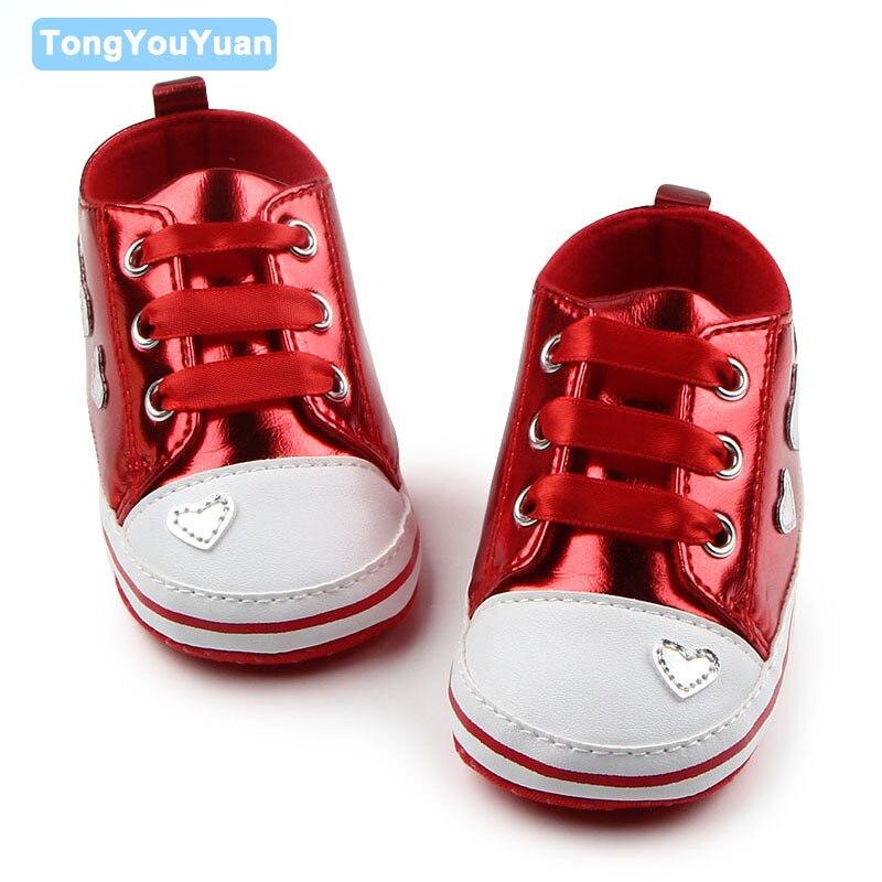 Новый Обувь для младенцев с сердечками блестящей кожи Riband Кружево-Up Дизайн красивые для маленьких мальчиков девочек Обувь для 0-15 месяцев