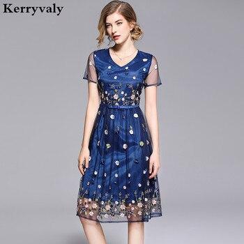 84de8465b Verano azul Floral bordado de gasa Vestido de Mujer Verano 2019 Midi  mujeres Vestido Retro de las mujeres Kleding K6193