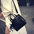 Envío libre, 2017 nueva mujer bolsos de moda, tendencia bolsa de mensajero del ocio, versión Coreana simple bolso de las mujeres, borla retro solapa.