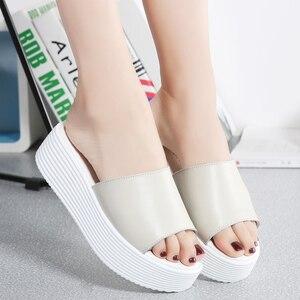 Image 5 - Jzzdown sandálias femininas de verão, chinelos femininos de couro com dedo aberto e sola grossa, para áreas externas, nas cores preta e branca