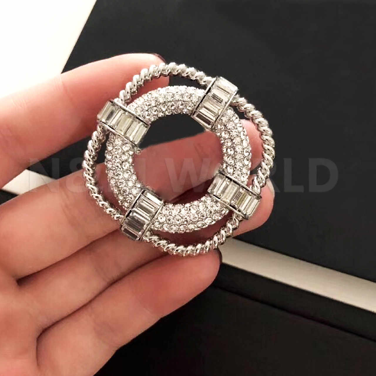 Fashion Perhiasan Penuh Batu Bros Pesta Sweater Brooche Tanda Tangan C Nama Cap Bros 2019 Hot Merek Fashion Perhiasan