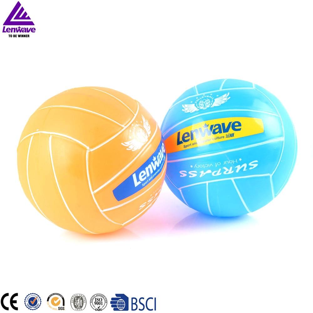 Avant-center PVC volley-ball Une de la balle jeux, athlètes dans le jeu sur le terrain dans une rangée permanent nommé volley-ball