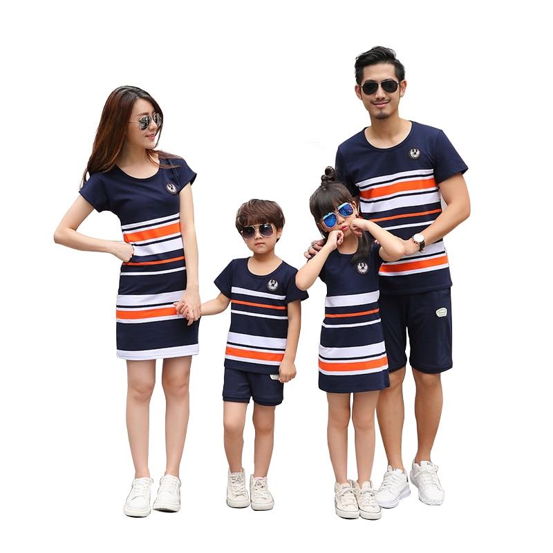 Новая летняя модная футболка в полоску; платья для мамы и дочки папы и сына для маленьких мальчиков девочек Повседневные одинаковые комплек... ...