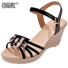 Nueva Tendencia de las mujeres de todo partido banda de color sandalias de tacón alto verano zapatos boca de los pescados sandalias de cuña de ocio desgaste cómodo