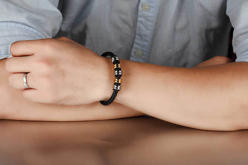 LKO שכבה כפולה שחורה אופנה צמידי צמידי כסף נירוסטה גברים צמיד עור קלוע עם אבזם מגנטי