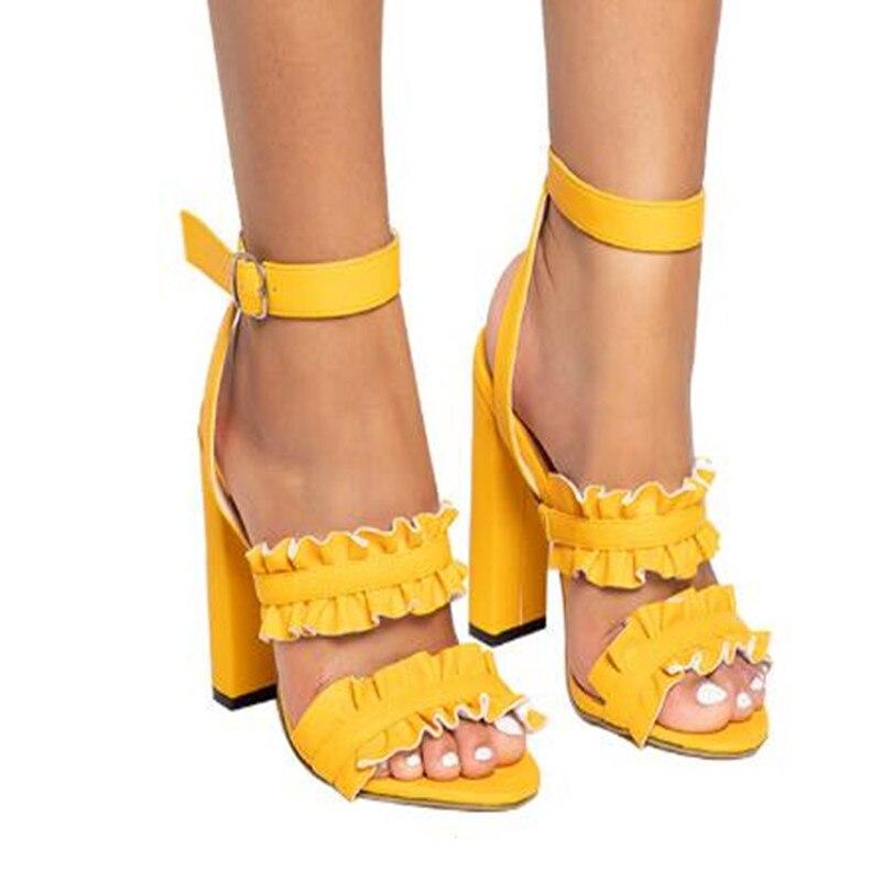 Schuhe Ymechic 2018 Süße Mädchen Dame Nieten Ankle Strap Grau Gelb Schwarz Feder Design Flache Ferse Gladiator Sandalen Frauen Sommer Schuhe Frauen Sandalen