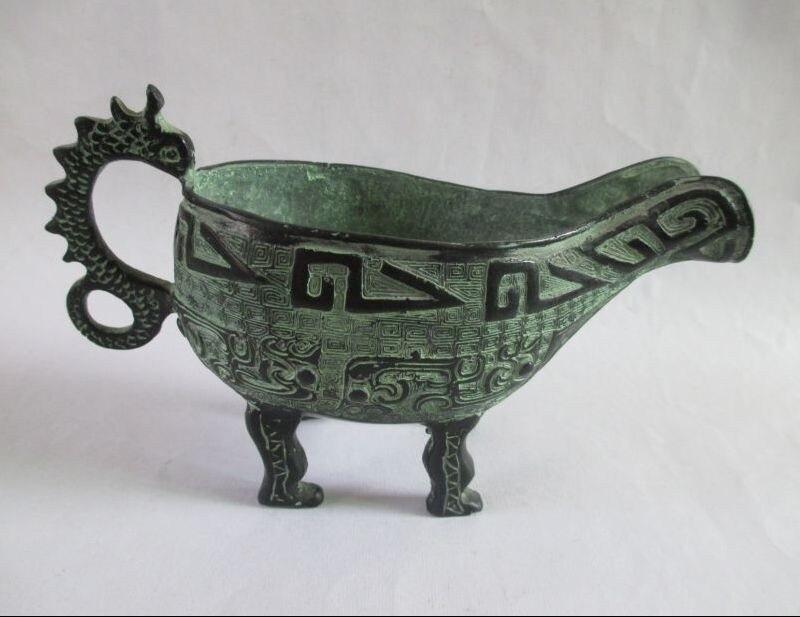 Les anciennes inscriptions chinoises antiques en bronze dragon sculpture en verre de vin