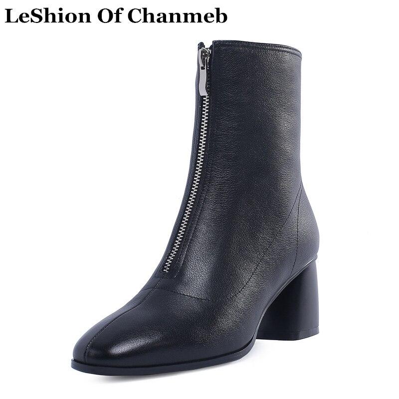 Ayakk.'ten Ayak Bileği Çizmeler'de 2019 yumuşak deri biker çizmeler ön fermuar siyah beyaz sonbahar kış elbise ayakkabı kadın artı boyutu yarım çizmeler bayan deri bootie'da  Grup 1