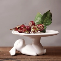 Hecho a mano de cerámica blanca de conejo acostado asimiento del pie para pastel plato de cerámica adornos decoraciones caseras creativas accesorios té bandeja de pastelería
