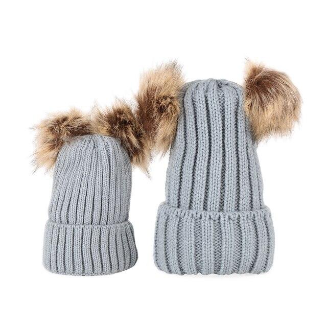 Mulheres Crianças Croche Chapéu Feito Malha Com Dois Pompons De Peles  Naturais de Inverno Bola De fe63cc06c57