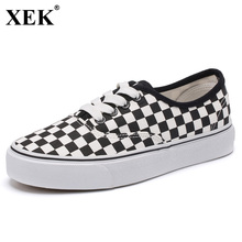 XEK 2018 Fashion Spring New Couple Board Shoes Students Flat Wild Canvas Shoes Female Black White Women Skateboard Shoes JH176