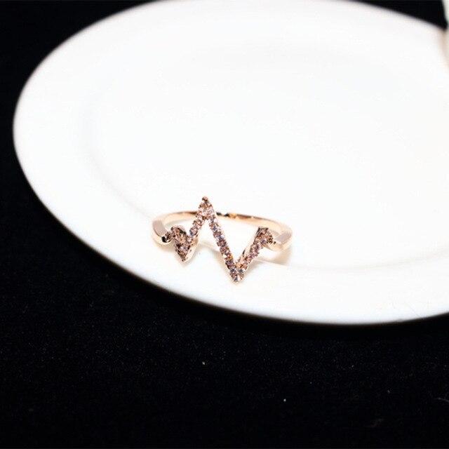 женское кольцо с электрокардиограммой молнией золотистые кольца фотография