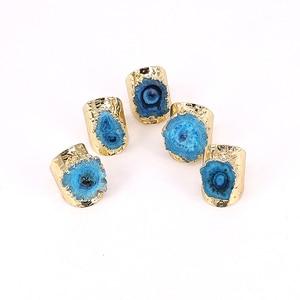 Image 5 - 5 개/몫 행운 보석 반지 여성 Naturl 돌 불규칙한 블루 쿼츠 스톤 쥬얼리 손가락 크리스탈 반지 황금 조절 링