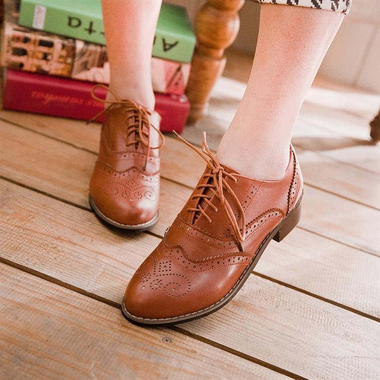 8703b187ba85 € 38.7  Nuevo 2016 Vintage mujeres talladas Brogue Oxfords moda punta  redonda Lace Up zapatos Oxford para mujer talla 34 43 para mujer Oxfords  planos ...