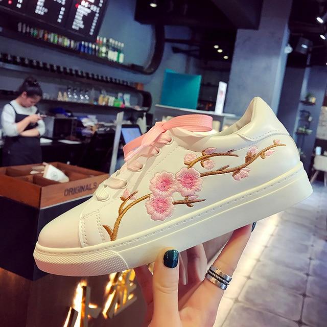 New Brand Designer Shoes Woman Fashion Rose Flower Embroider Black/white Leather Flats 2017 Women Platform Walking Shoes 192/30
