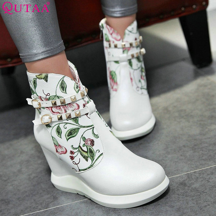 ФОТО QUTAA Rivet Sweet Style Autumn 2016 Women Shoes Blue White Ladies Wedge High Heel Ankle Boot Women Motorcycle Boots Size 34-42