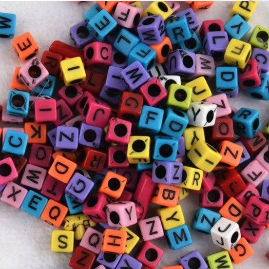 200 unids/lote mezclado gran agujero de 3mm de fluorescencia de Color caramelo alfabeto carta cuentas de cubo telar bandas de F597