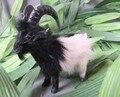 Pequeño lindo de simulación negro cabeza prop artesanía juguete de polietileno y pieles de cabra ovejas regalo de la muñeca de unos 12x13 cm