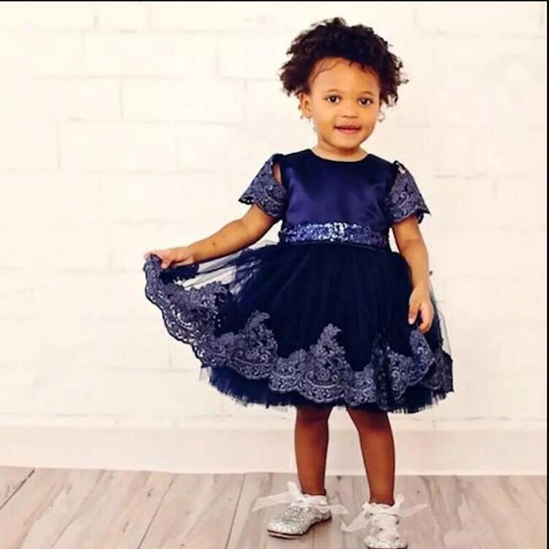 Cute Baby Birthday Party Gowns with Big Bow Short Sleeves Lace Appliques Zipper Back Knee-Length Flower Girl Dress For WeddingCute Baby Birthday Party Gowns with Big Bow Short Sleeves Lace Appliques Zipper Back Knee-Length Flower Girl Dress For Wedding