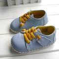 2017 marca genuína de couro omn sapatos fechados sapatos de bebê meninos meninas anti-skid macio da criança sapatos da moda luz azul primeiros caminhantes