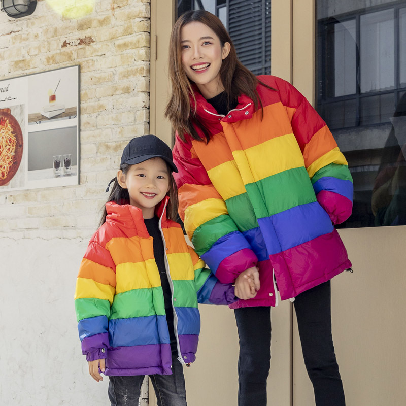 Motif arc-en-ciel famille correspondant vêtements maman et bébé fils tenues filles coton épaissir vers le bas manteaux veste pour vêtements de famille