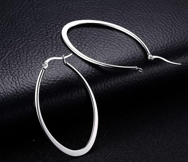 Фото модные гладкие серьги из нержавеющей стали серебряного цвета