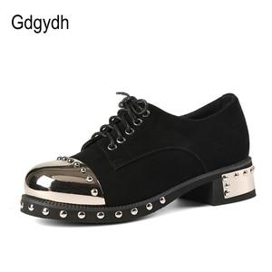Image 2 - Gdgydh Sexy Klinknagel Vrouwen Gothic Schoenen Mid Hak Metalen Decoratie Platform Hakken Dames Pompen Echt Leer Chunky Hakken Lace Up