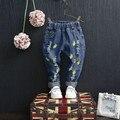 Nova primavera 2017 crianças de jeans bordados lemon cereja bebê 1-6yrs meninos meninas jeans moda buraco quebrado calças jeans crianças calças de brim
