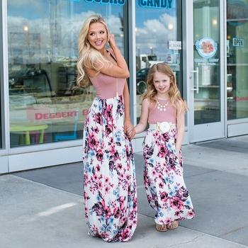 Rodzina matka córka sukienki kwiatowe ubrania dla matki i córki sukienka dla mamy i córki dzieci dziewczyna sukienka odzież dla dzieci tanie i dobre opinie the couple pig Suknie Moda Pełna Pasuje prawda na wymiar weź swój normalny rozmiar Poliester Floral Matka i Córka