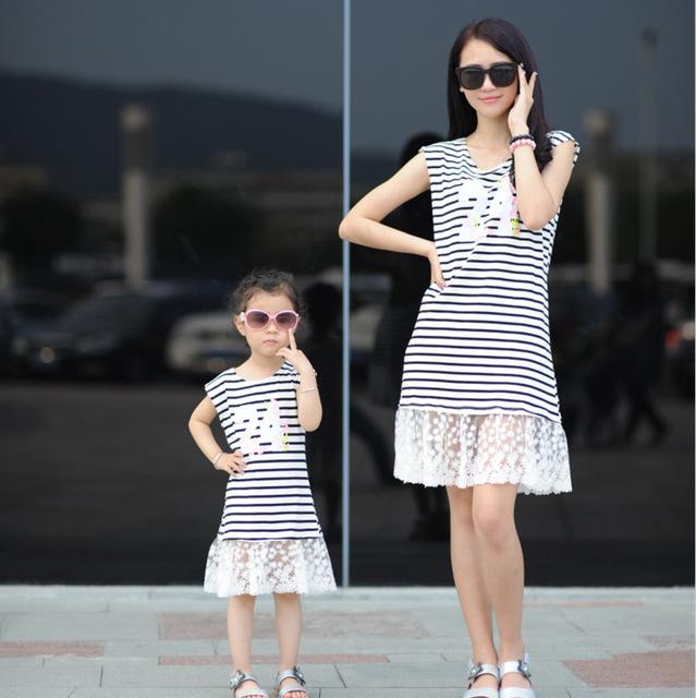 La familia a juego trajes de bebé y mamá vestido del camisón vestido de la muchacha mujeres niños pijamas a rayas madre e hija se visten las niñas ropa