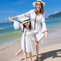 Vestidos de madre e hija familia mirada de la muchacha y las mujeres vestidos de blanco a juego de la familia mamá y yo ropa de verano ropa de playa de bohemia