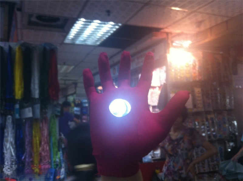 1 paio Più Nuovo Freddo The Avengers Iron Man Guanto Giocattoli The Avengers Ironman Guanto Riflettente Chirstmas Regali di Halloween Cosplay Prop