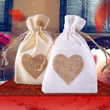 0deb6426e 12 pc/lot precioso Lino natural Bolsas de tela corazón patrón Lino caramelo  Bolsas regalo de boda Bolsas joyería favor de la bod.
