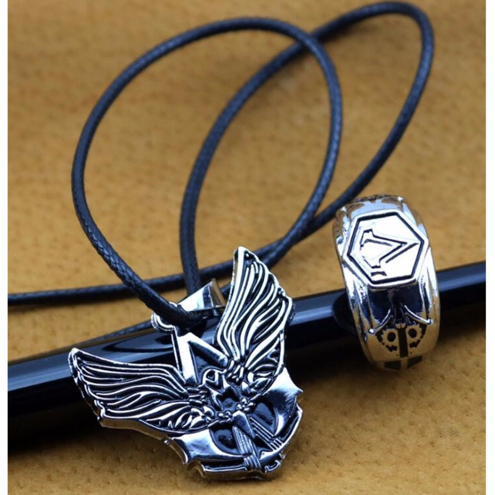 Assassins Creed Syndicate Ezio Auditore ring finger and nacklace cosplay Accessories