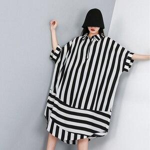 Image 5 - [EAM] 2020 새로운 봄 여름 옷깃 하프 슬리브 블랙 스트라이프 인쇄 분할 공동 큰 크기 셔츠 여성 블라우스 패션 조수 JW574