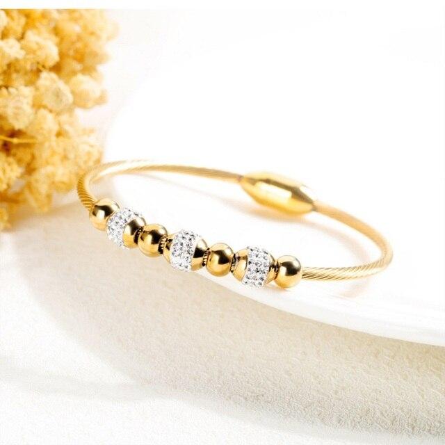 Фото женский браслет с магнитной пряжкой золотого цвета фианитами цена