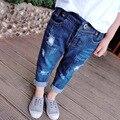 2017 Moda jeans Rasgado Buraco Jeans para Meninas Sólidos Regulares Elástico Da Cintura das calças de Brim das Crianças Calças Jeans de Lavagem de Luz para Meninos P134